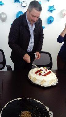 El CEO de Protectoseal, ingeniero Víctor Urbina, parte su pastel