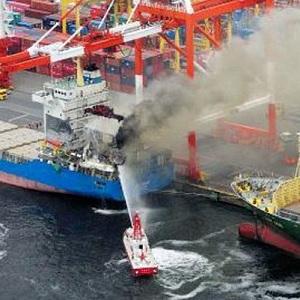 Choque Provoca Incendio de Portacontenedores en Japón